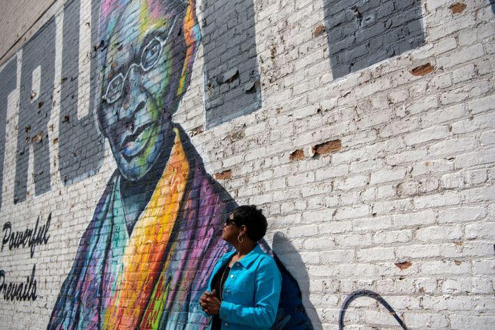 Barbara M. Allen posa bajo el mural de Sojourner Truth