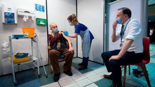 Una enfermera administra la vacuna a Frank Naderer