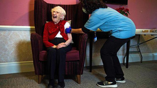 Ellen Prosser recibe la vacuna anti-COVID-19