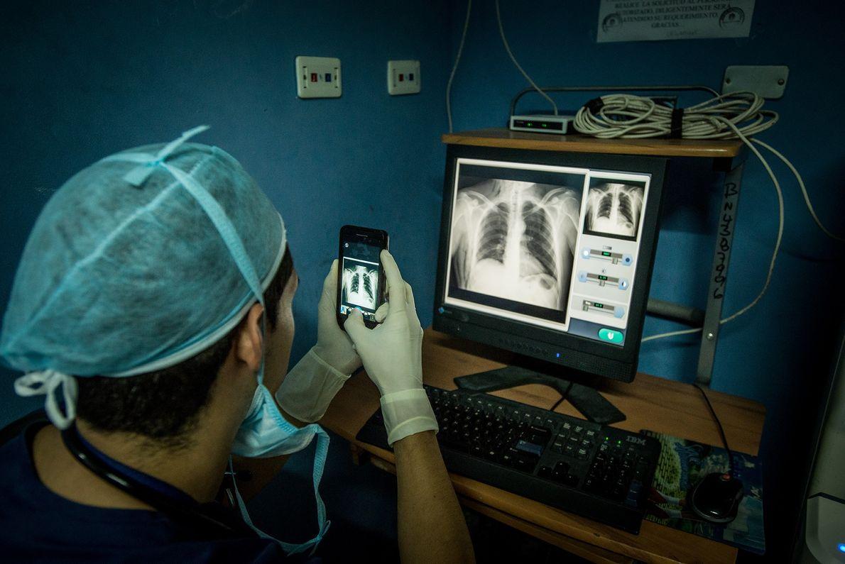 Los médicos y enfermeros que trabajan en tales condiciones, similares en cierto modo a practicar la ...