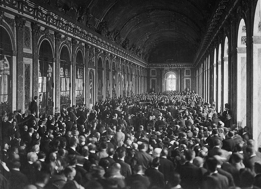 El Salón de los Espejos acogió la firma del Tratado de Versalles.