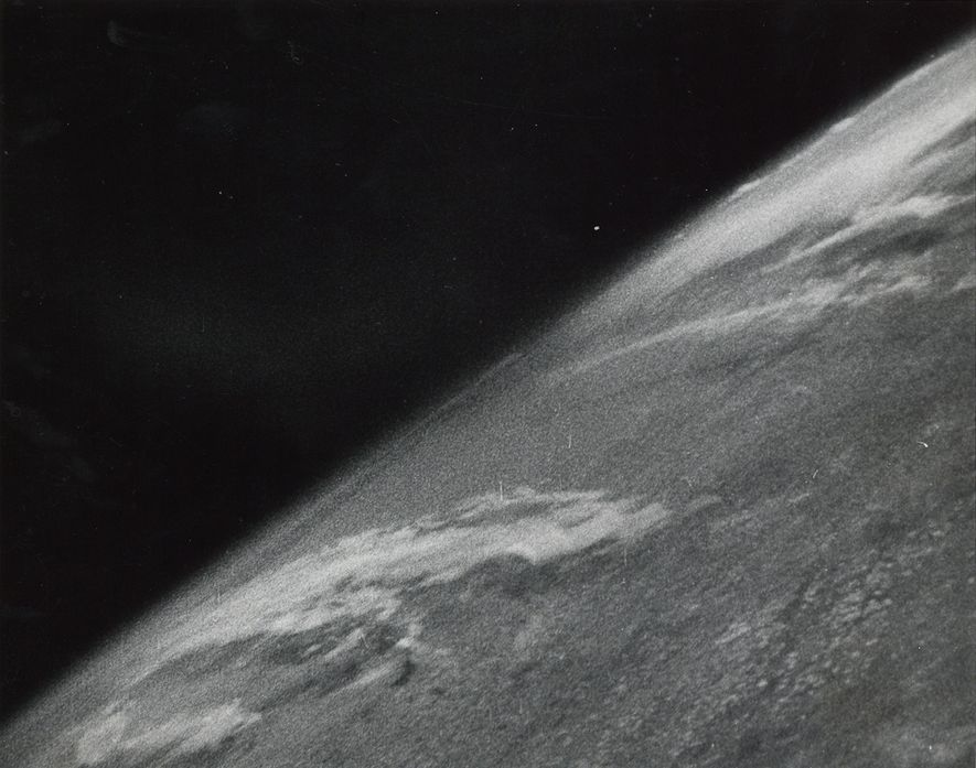 Esta imagen de la Tierra de 1946 fue la primera fotografía sacada en el espacio. Clyde ...