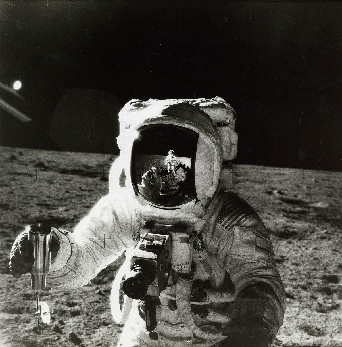 El astronauta Alan Bean sostiene un recipiente con suelo lunar en esta foto de 1969 de ...