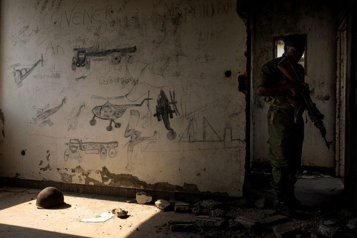 Los guardabosques exploran las ruinas del Hotel Rwindi