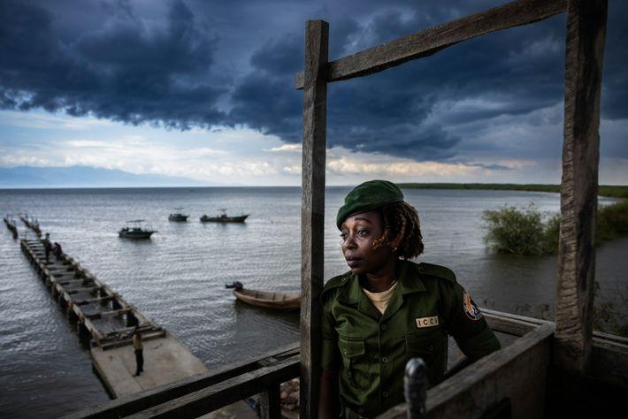 La guarda Chantal Kahinda Vinywa vigila desde su puesto