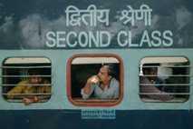 Los pasajeros miran por las ventanas