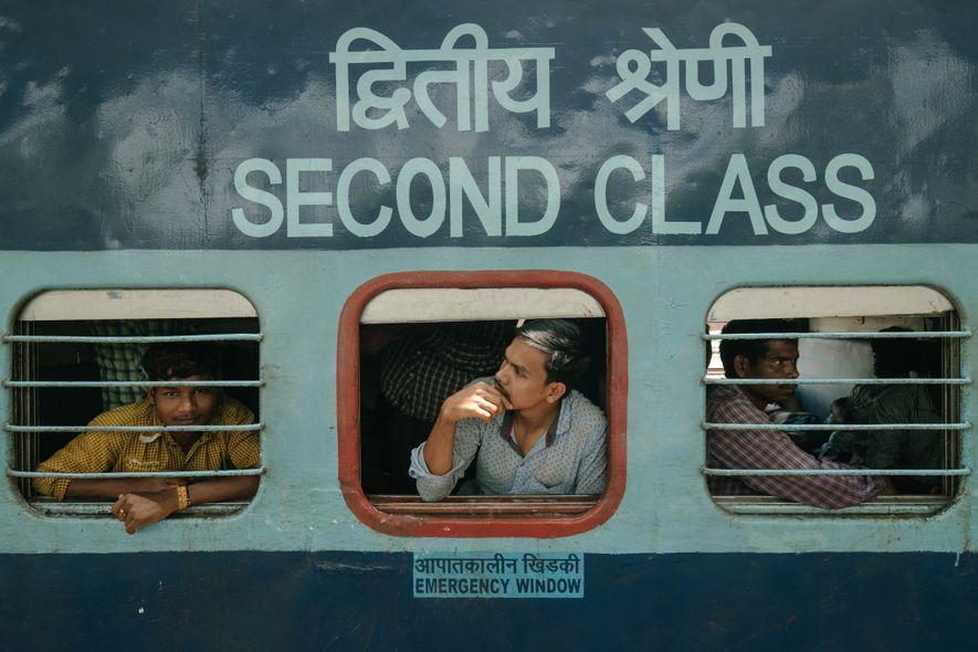 Los pasajeros miran por las ventanas del vagón de segunda clase. Estos asientos son los billetes …