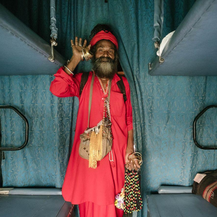 Durante el viaje, los vendedores ambulantes suben al tren con todo tipo de mercancías —comida, joyas, un poco de ambientador, candados, libros, tabaco de mascar y bolsos— que venderán por un par de rupias.