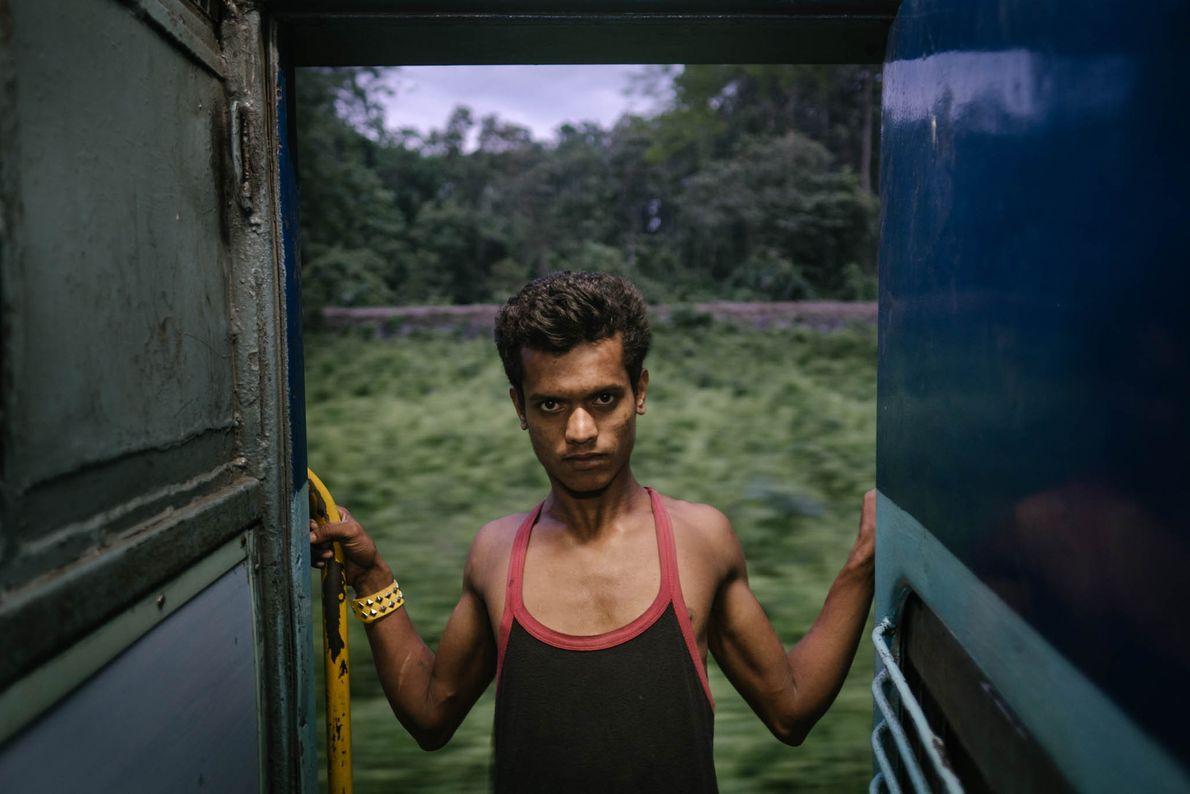 Hombre en la puerta del tren