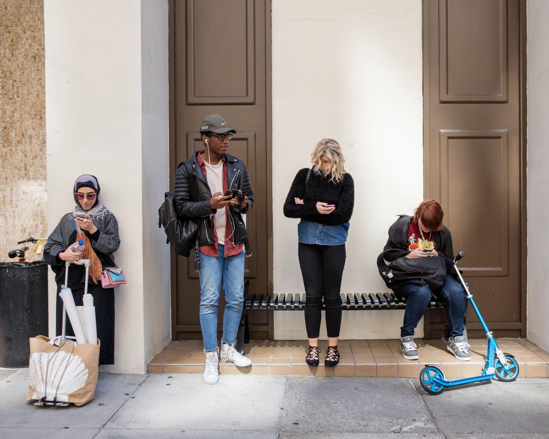 Unos estudiantes esperan frente a una Academia de Arte en San Francisco.
