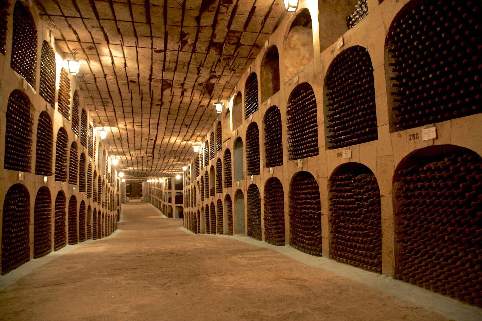 Mileștii Mici contiene casi dos millones de botellas de vino, por lo que se ha ganado el reconocimiento del libro Guinness de los récords como la mayor colección de vinos del mundo.