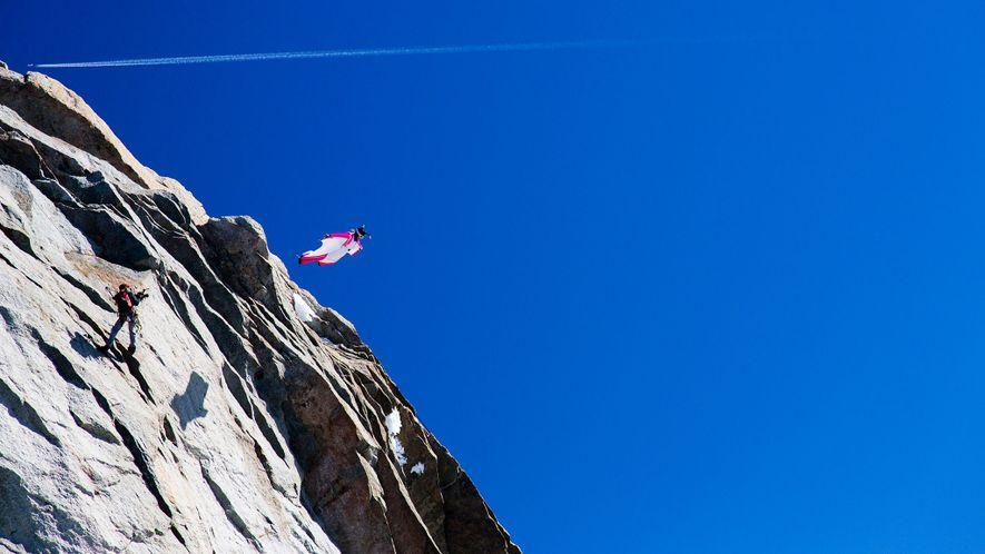 Un saltador con traje de alas salta de un barranco en los Alpes cerca de Chamonix, Francia. Tras una serie de muertes, entre ellas una en la propia localidad, la región prohibió temporalmente este deporte, un veto que no se ha levantado.