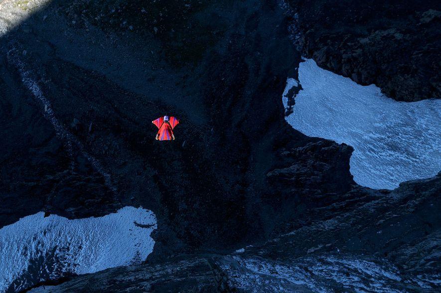 Dean Potter, célebre escalador en roca y saltador con traje de alas, salta sobre un valle en Lauterbrunnen, Suiza. En 2009, Potter batió el récord de permanencia en el aire durante un salto con traje aéreo. En 2015, falleció junto a su compañero saltador Graham Hunt cuando intentaba volar en el parque nacional de Yosemite.