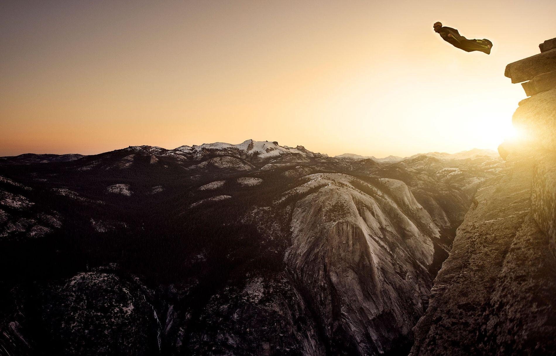 Un saltador con traje de alas salta desde la cima de Half Dome al amanecer en el parque nacional de Yosemite, California, donde este deporte es ilegal. Este deporte letal ha registrado menos víctimas desde las temporadas de 2015 y 2016.