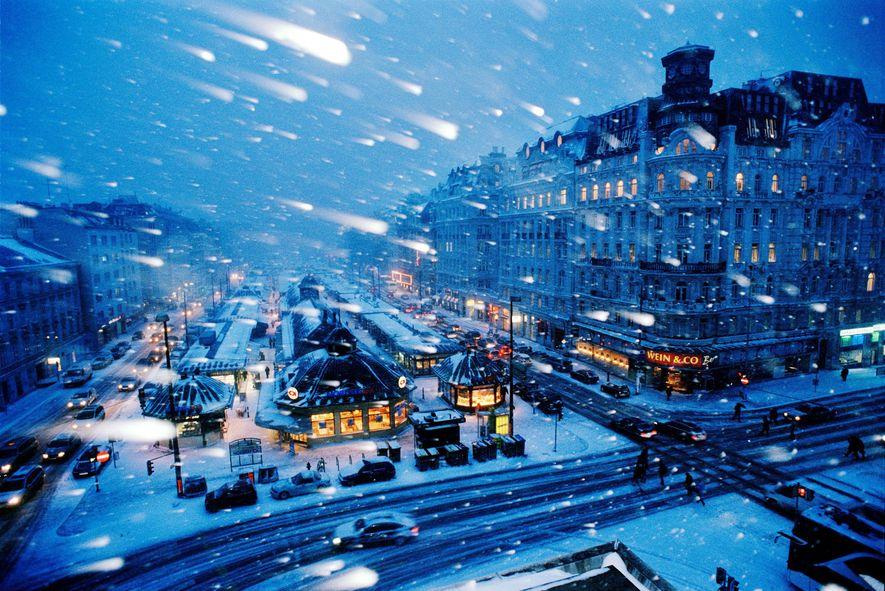 Las tormentas de nieve no evitan que los mundialmente famosos mercados navideños de Viena difundan la ...