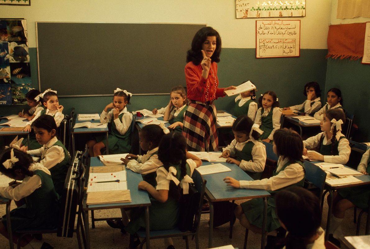 Las niñas saudíes estudian segregadas por ley hasta la secundaria. Jidda, Arabia Saudí.