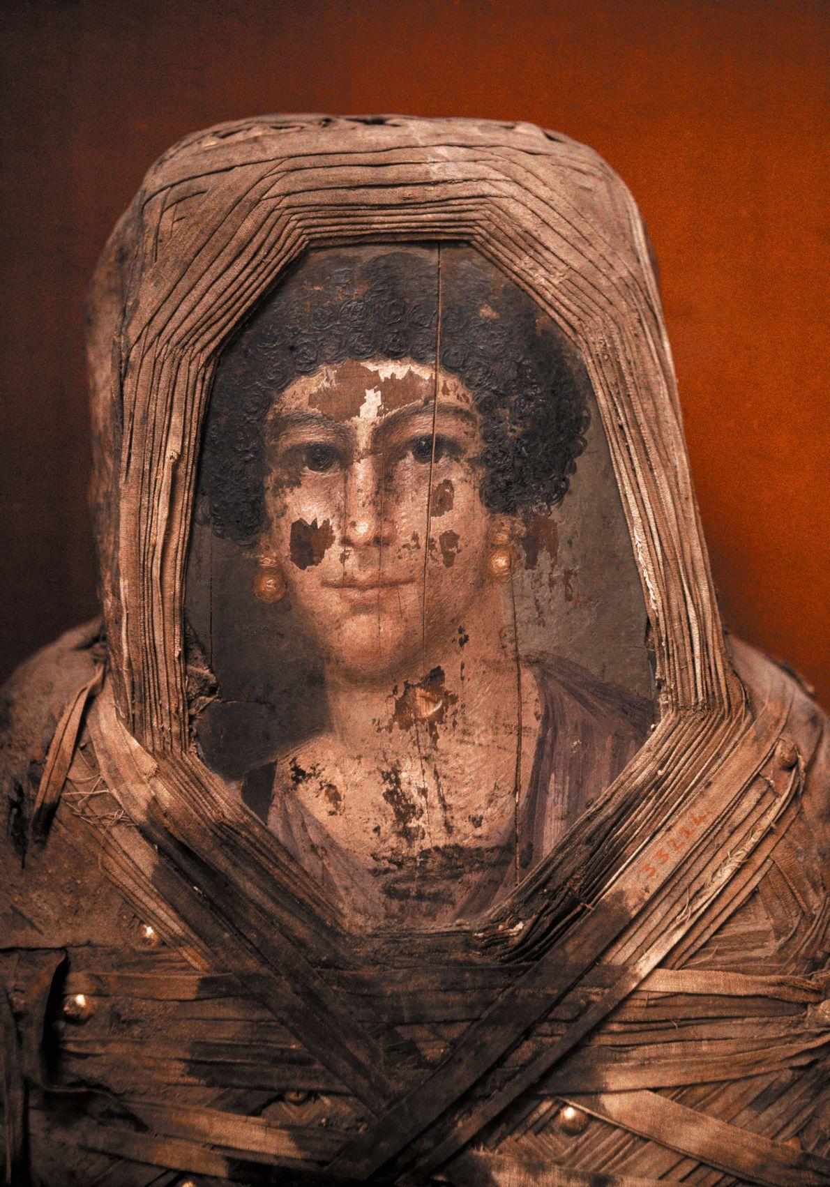 Placa autocroma del retrato de una mujer del Egipto romano sobre su propia momia.Museo Egipcio, El ...