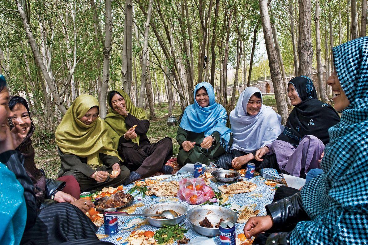 2010, AFGANISTÁNUnas mujeres comen juntas. Comparten pitas, carnes y fruta en el Jardín de las Mujeres, …