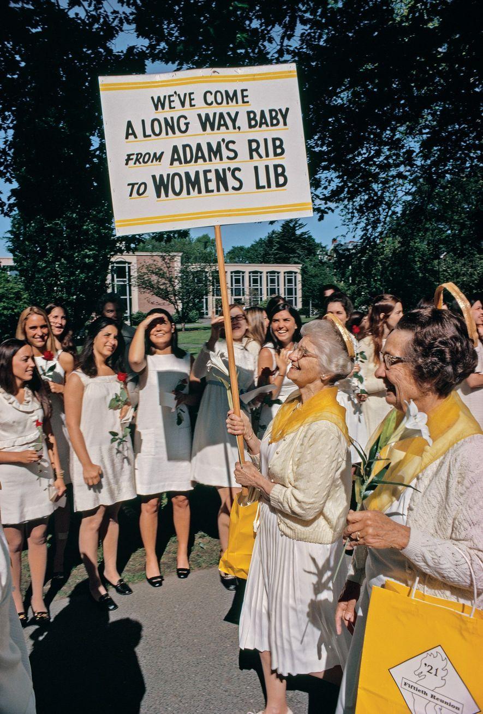 1971, MASSACHUSETTSLas alumnas de la clase de 1921 del Smith College marchan durante las celebraciones de ...