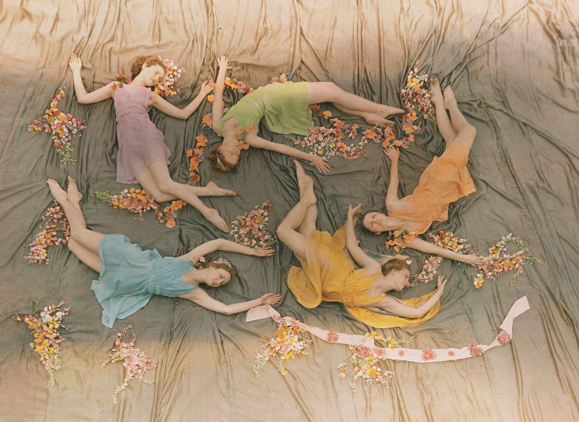 CIRCA 1937, MISISIPIUn grupo de bailarinas actúa en el que por aquel entonces era el Mississippi …