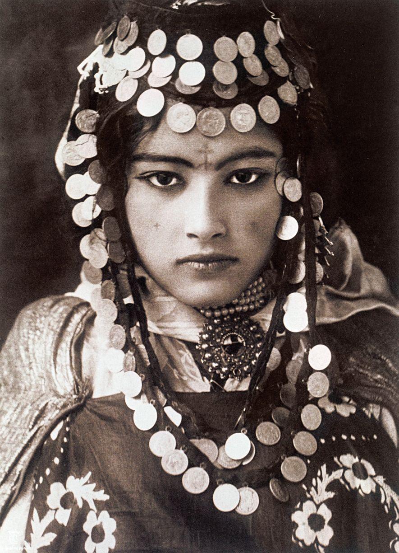 1905, ALGERIAUna joven envuelta en monedas de oro pertenece a la tribu Ouled Naïl, en Algeria. ...