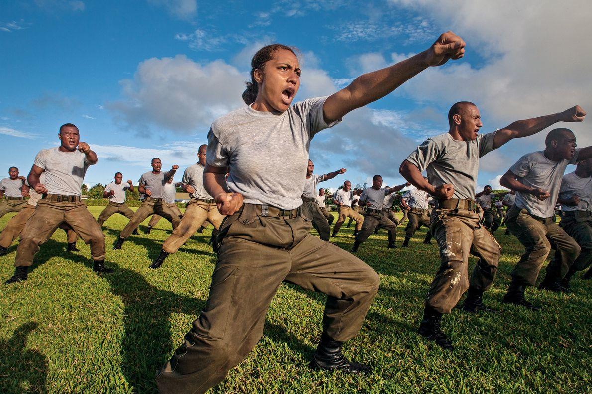 2007, TONGAFuatapu Halangahu practica artes marciales con otros miembros del Servicio de Defensa de Tonga. El …