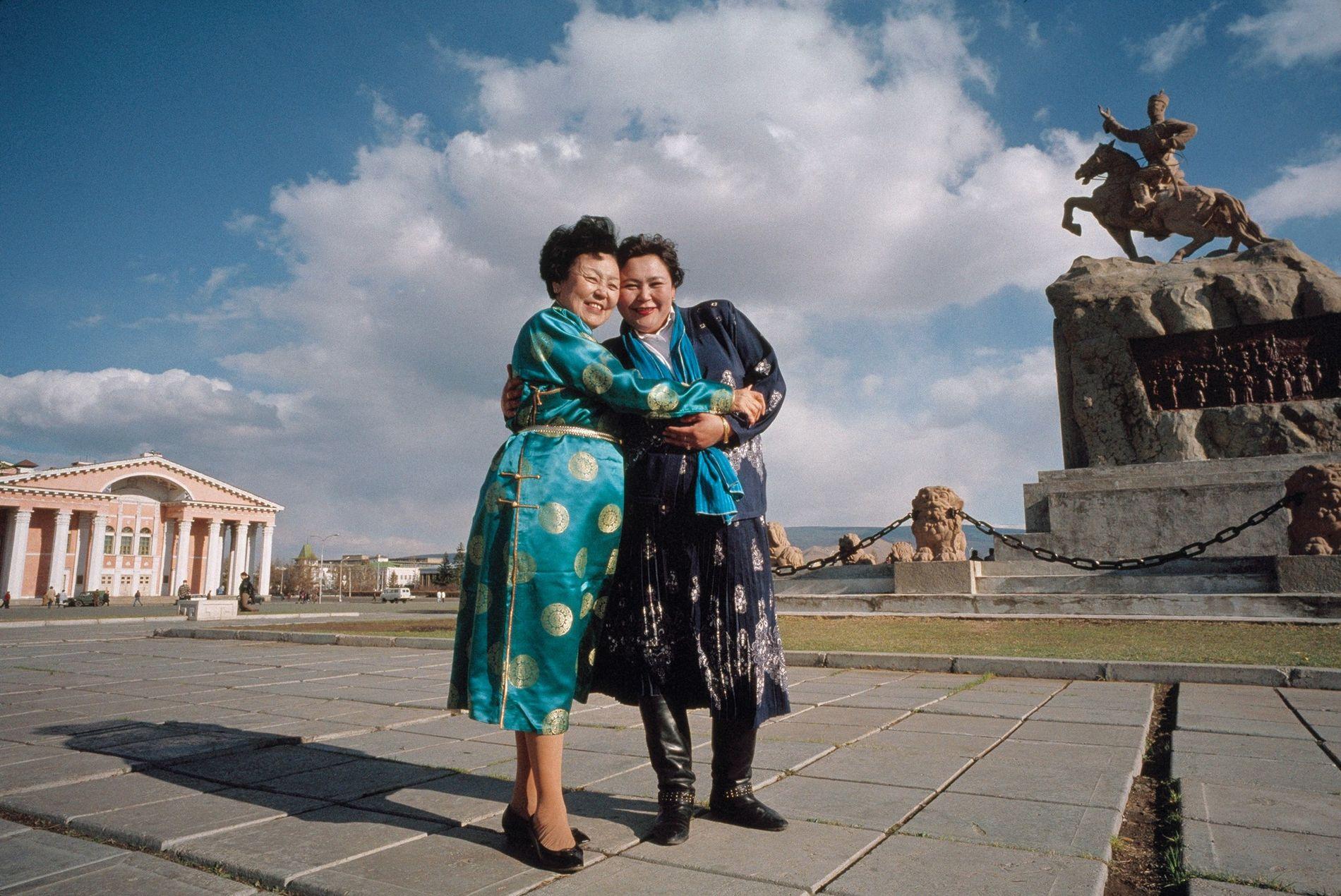2007, MONGOLIAUna farmacéutica (derecha) sonríe tras haber conocido a su heroína, una actriz muy admirada, en ...