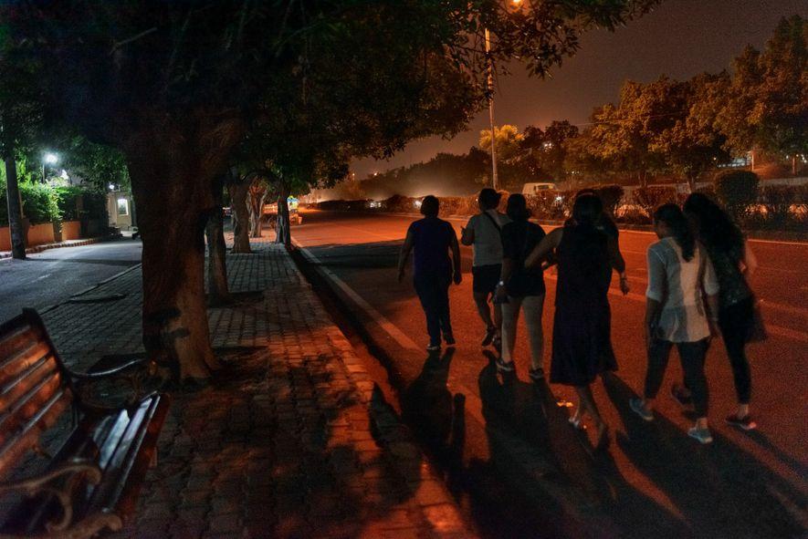 Las mujeres participan en el Women Walk at Midnight mensual de Delhi. La iniciativa se puso ...