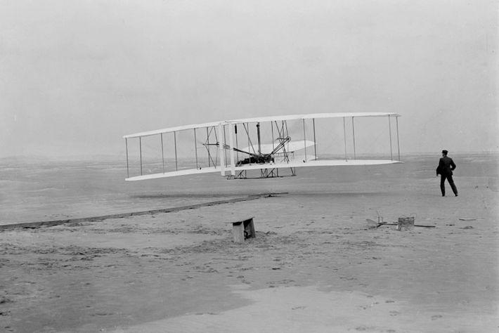 Imagen de Orville Wright en el primer vuelo propulsado
