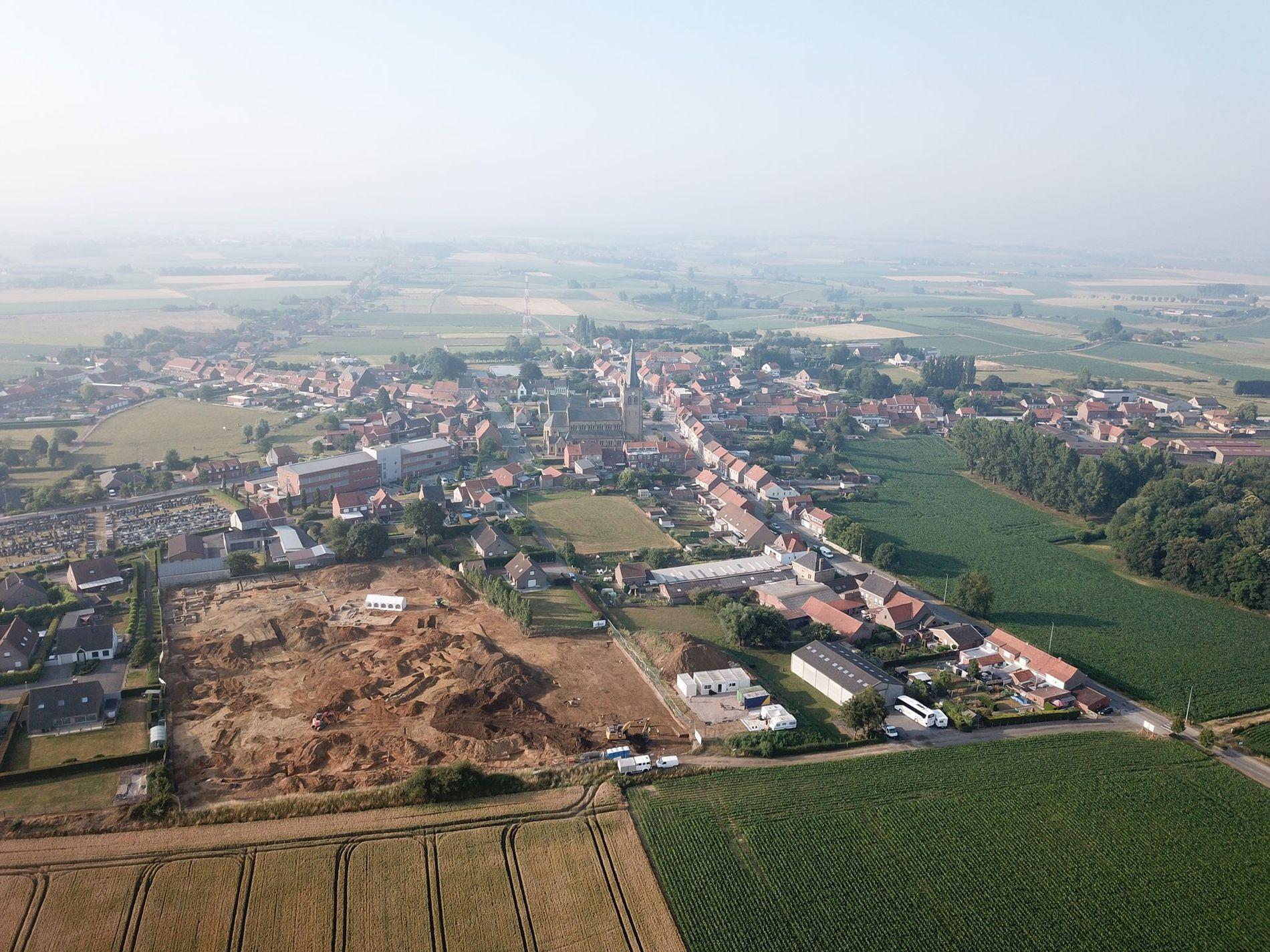 Una imagen aérea del lugar de excavación del proyecto Dig Hill 80 con la ciudad de ...