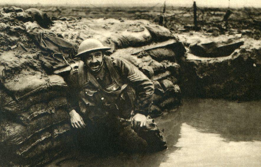 Un soldado británico descansa en una trinchera encharcada en Bélgica. La arqueología desvela que los soldados ...