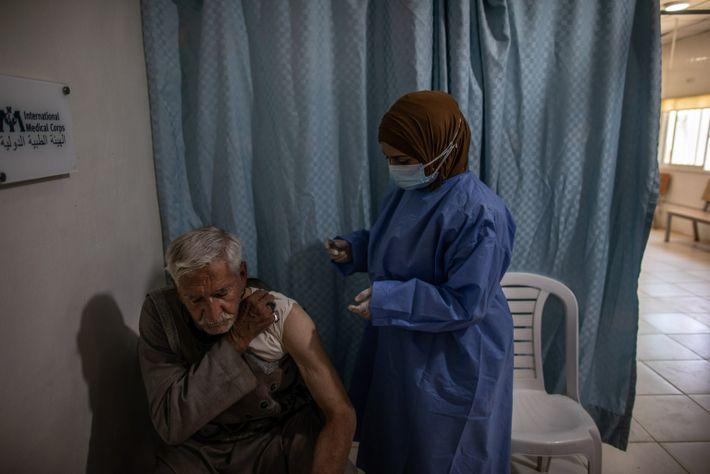 La enfermera Fatimah Ahmad administra la vacuna a Abdulkareem