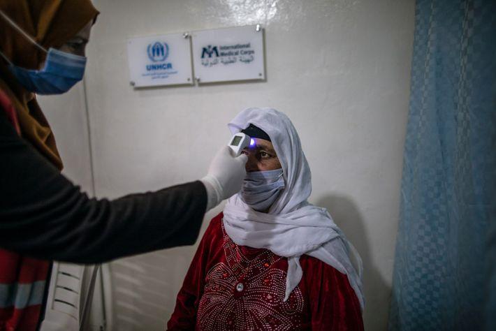 Una sanitaria toma la temperatura a Fatimah