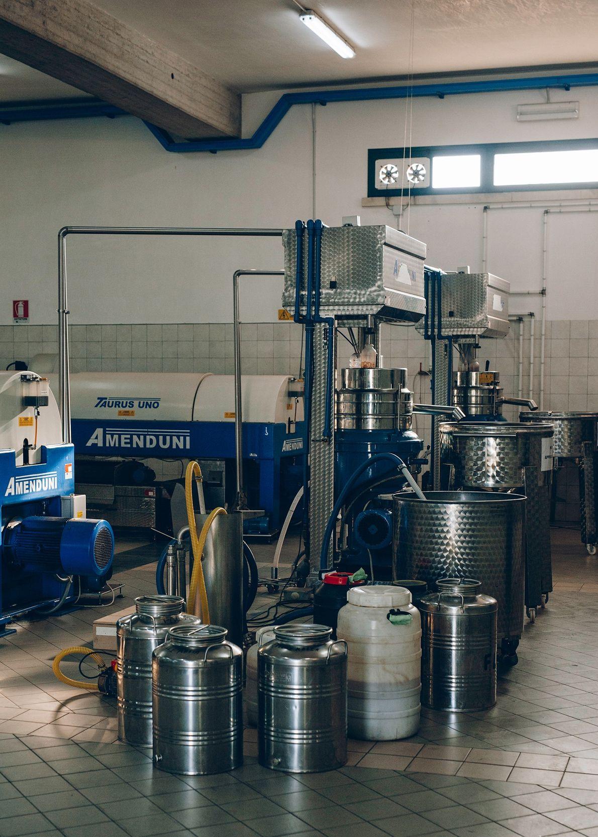 En la planta de embotellado de Melcarne, todo está limpio y en orden en enero de ...
