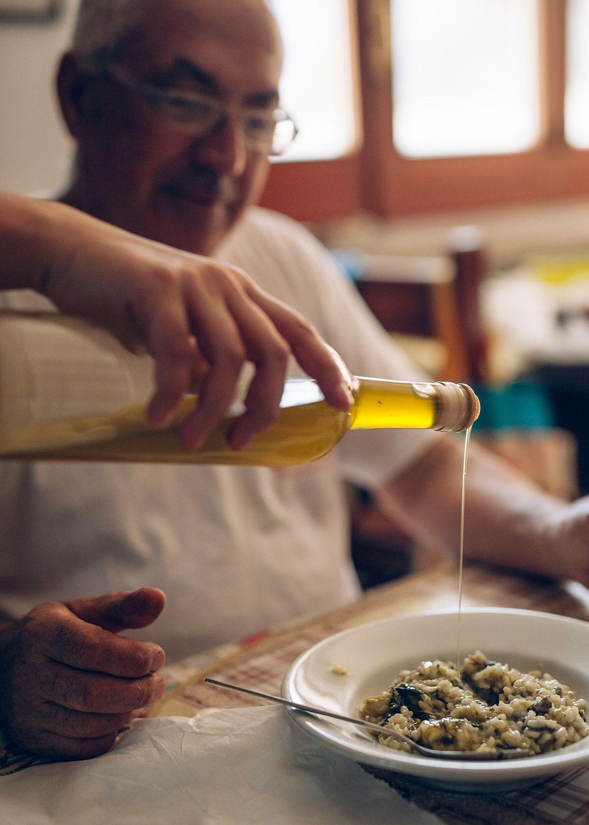 Jolanda de Nola sirve aceite de oliva a su padre, procedente de los olivos de ...