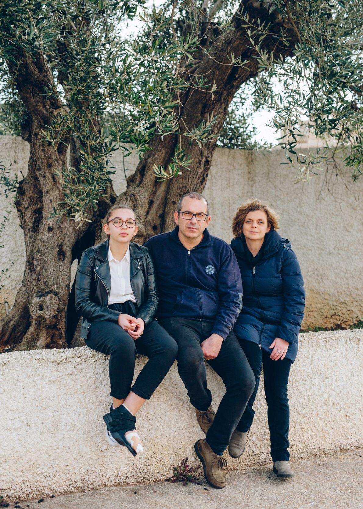 Giovanni y Daniela Melcarne, aquí con su hija Daria en su prensa de olivas en Gagliano ...