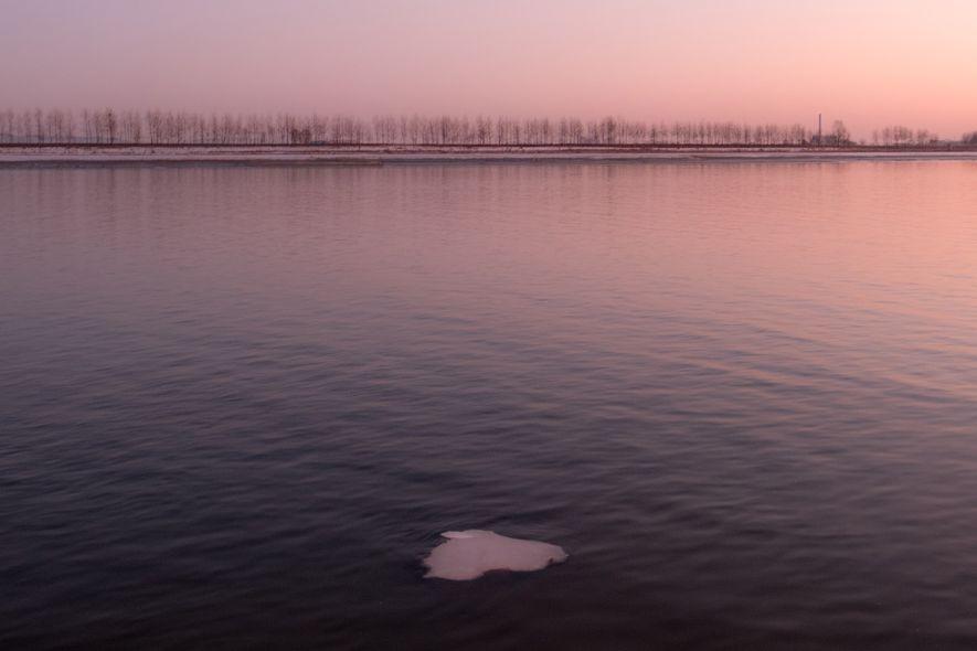 Un pequeño fragmento de hielo flota en el río Yalu.