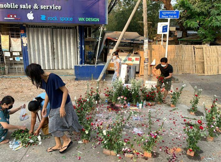 Residentes de Rangún colocan flores