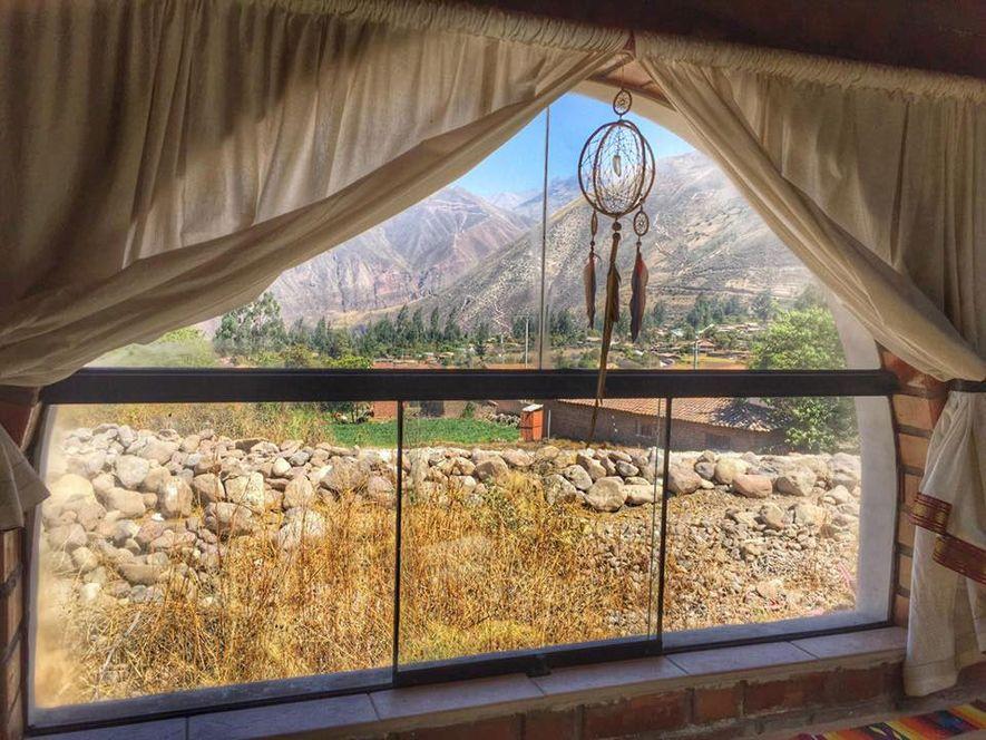 Las vistas panorámicas del valle de Urubamba llenan la ventana del centro de retiro Pachamama Wasi, ...