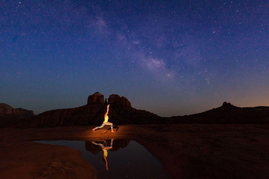 Una mujer practica yoga bajo la Vía Láctea cerca de Sedona, Arizona.