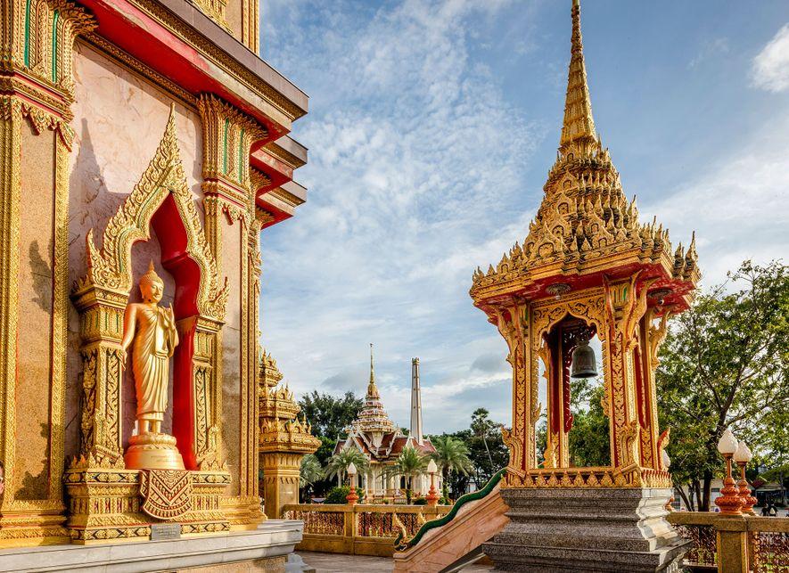 Lugares como Wat Chalong, en Phuket, Tailandia, ofrecen a los yoguis un retiro tranquilo al tener ...