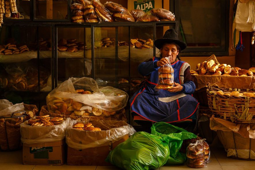 El mercado central de Huaraz, Perú, está abarrotado cada mañana con vendedores dentro y alrededor del …