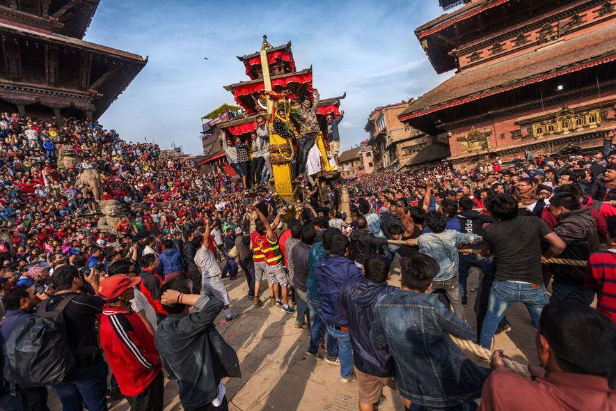 Bhaktapur, Nepal: El celebrado festival de Bhaktapur, Bisket Jatra, marca el comienzo del nuevo año en ...