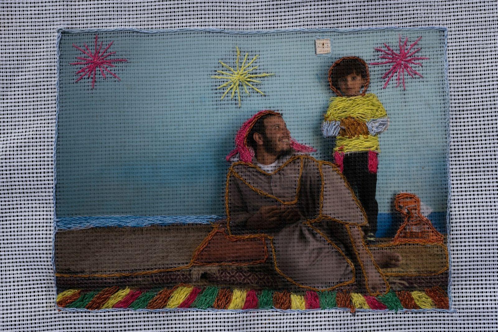 Una fotografía bordada por Nora Oum Jamil de su marido Ashraf y su hijo Jamil