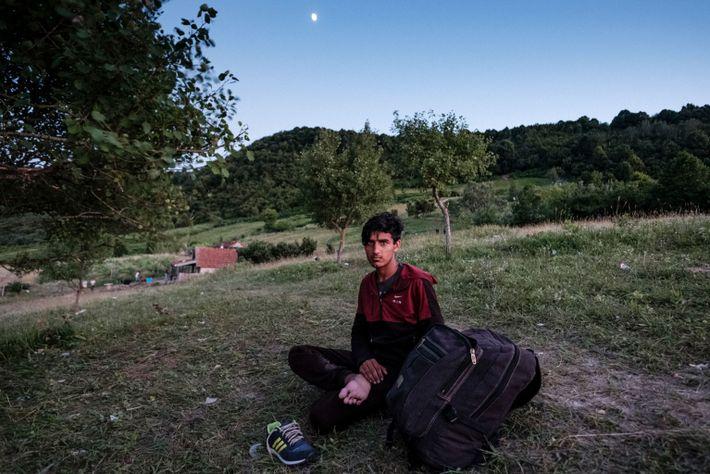 Un joven pakistaní descansa en camino a Croacia