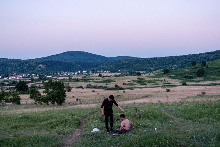 Un amigo corta el pelo a un compañero de viaje en Bosnia