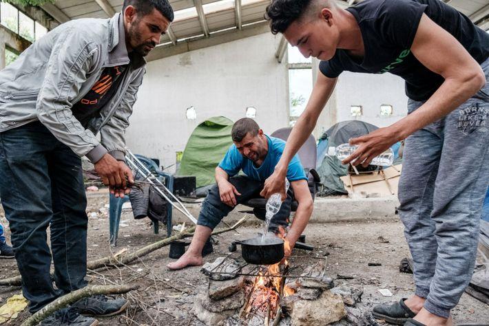 Solicitantes de asilo marroquíes preparan la comida