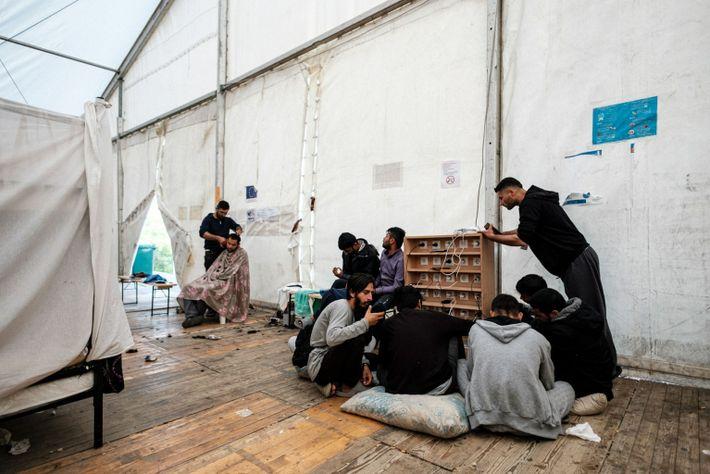 Los migrantes se congregan alrededor de un punto de carga
