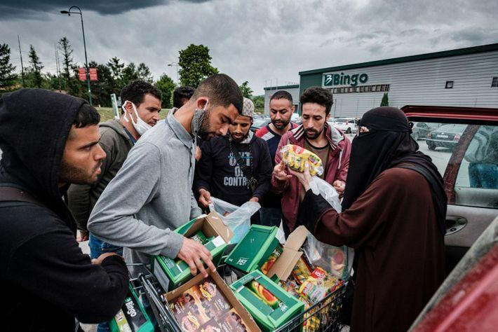 Un activista llamado Azra Velagić Macić distribuye comida