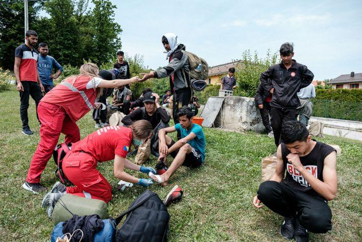 Voluntarios de la Cruz Roja proporcionan primeros auxilios